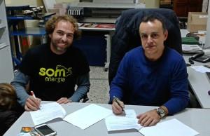 Signatura del conveni entre Som Energia i l'Associació de Comerciants de Santa Maria del Camí.